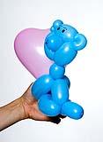 Медвежонок с сердечком из воздушных шариков