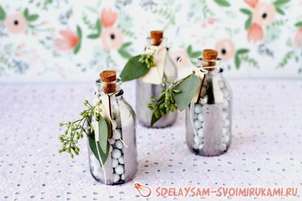 Оригинальный подарок – бонбоньерки в виде бутылочек