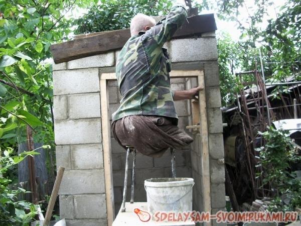 Санузел в саду из шлакоблока