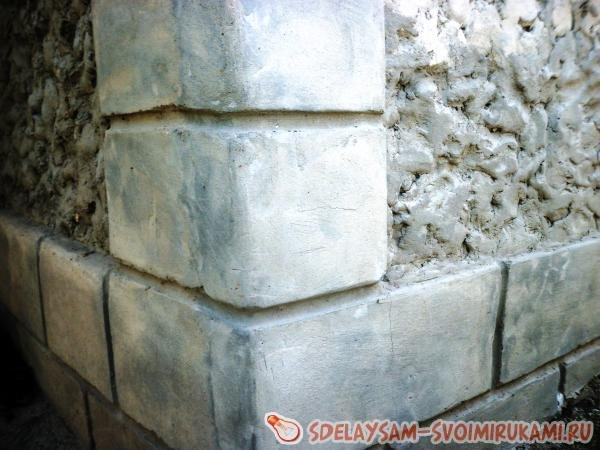 Очень красивое украшение забора из цементных декораций