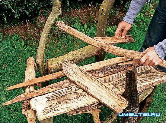 Садовая скамейка из веток