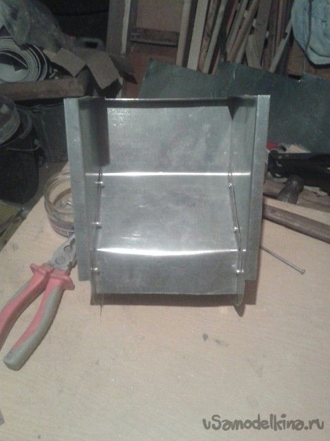 Бункерная кормушка для кролей желобкового типа