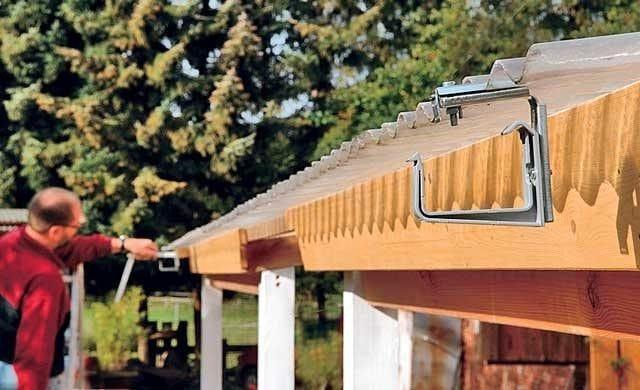 Сооружение навеса с отливом над террасой