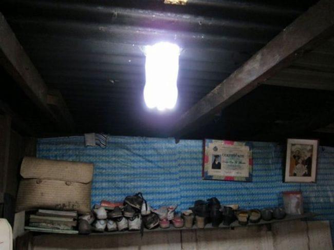 Светильник из пластиковой бутылки, работающий на солнечном свете