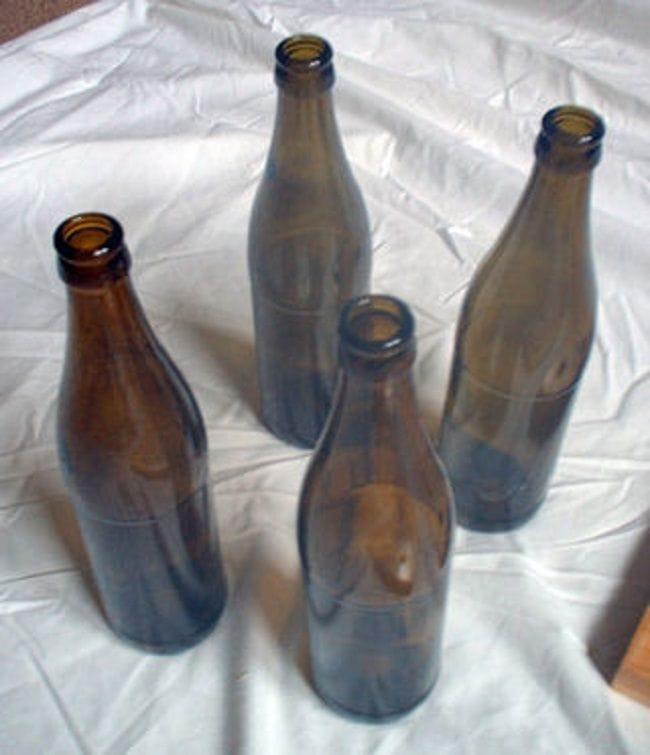 Полка из досок и бутылок