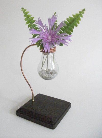 Миниатюрная ваза или горшочек для цветов из лампы накаливания