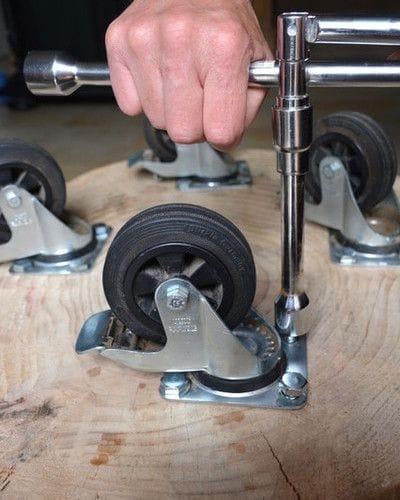 Журнальный столик из пня на колесах