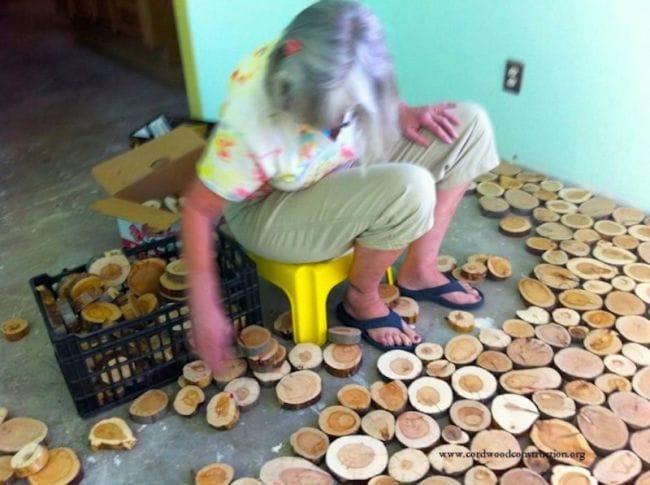 Пол из спилов дерева
