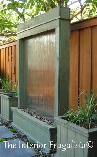 Водопад по стеклянной поверхности