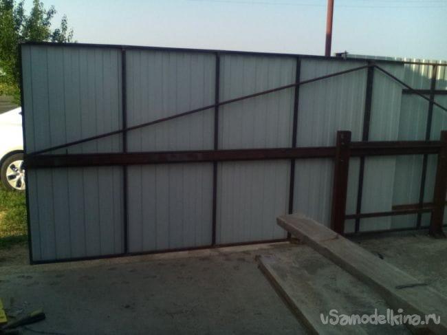 Откатные ворота на средней балке