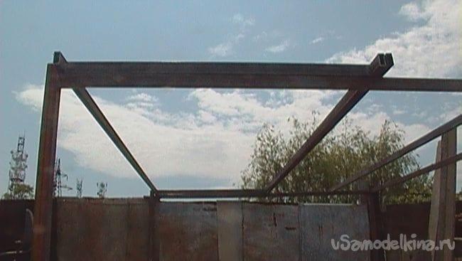 У́гольник с подъёмной крышей