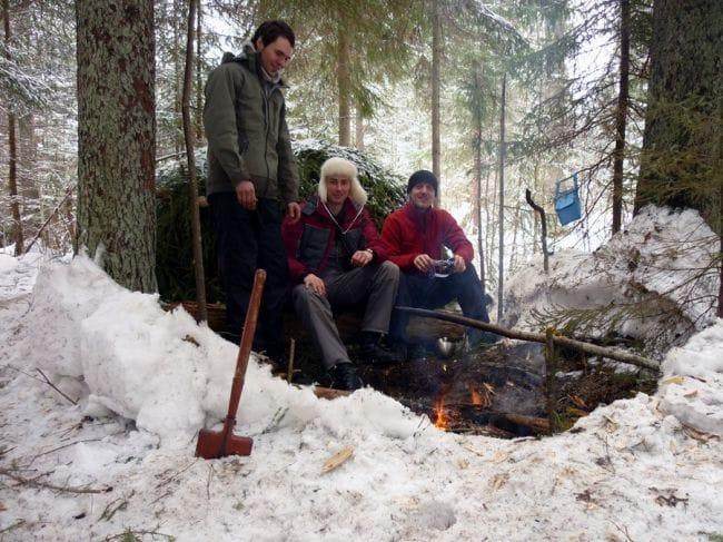 Строительство укрытия для ночлега в зимнем лесу