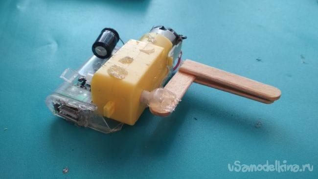 Как сделать походную мини динамо зарядку для повер банков и аккумуляторов 18650!