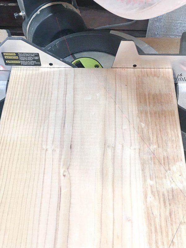 Небольшой шестигранный столик из натурального дерева