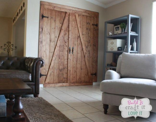 Широкие двери для гостиной из досок