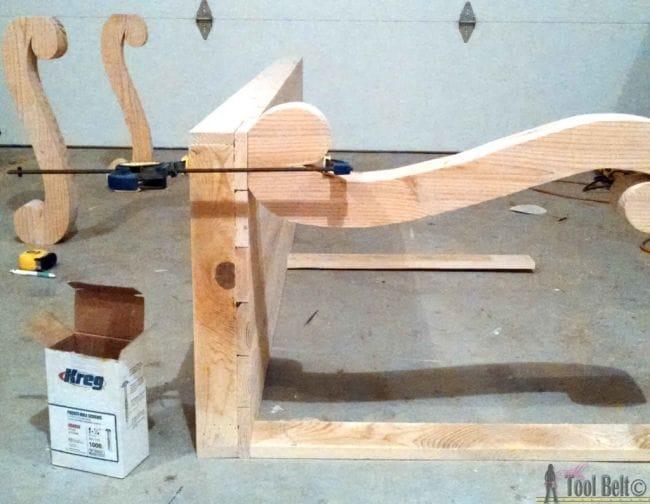 Стол-консоль с фигурными ножками