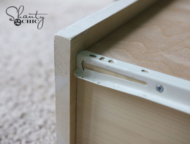 Деревянный стол с полками
