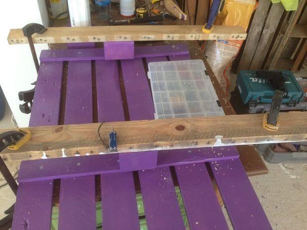 Простой столик из деревянных поддонов