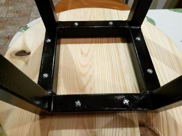 Простой самодельный стул из квадратных труб