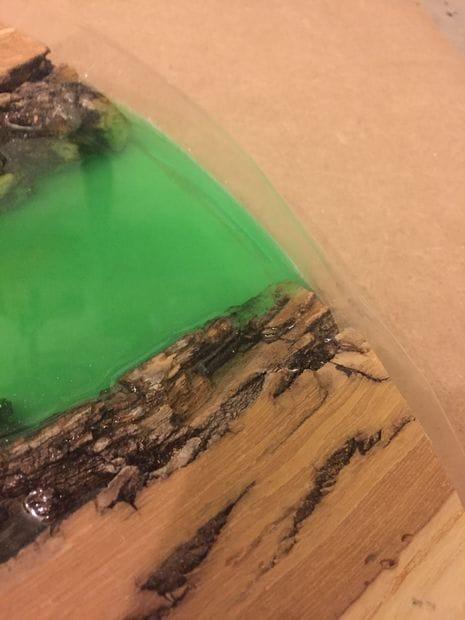 Столик с рекой из дерева и эпоксидки