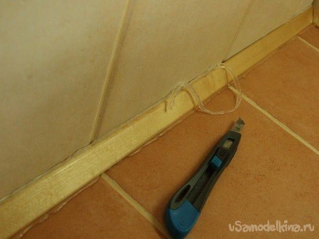 Рабочая поверхность в кухне дома-сруба, облицованная керамической плиткой