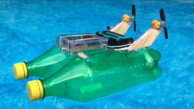 Простейшая лодка на пульте управления из бутылок