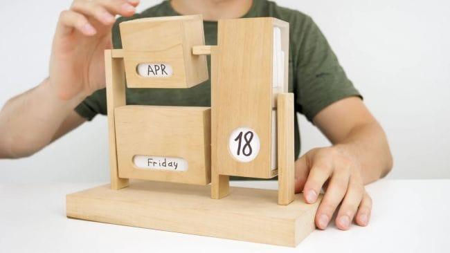 Как сделать необычный календарь из дерева своими руками