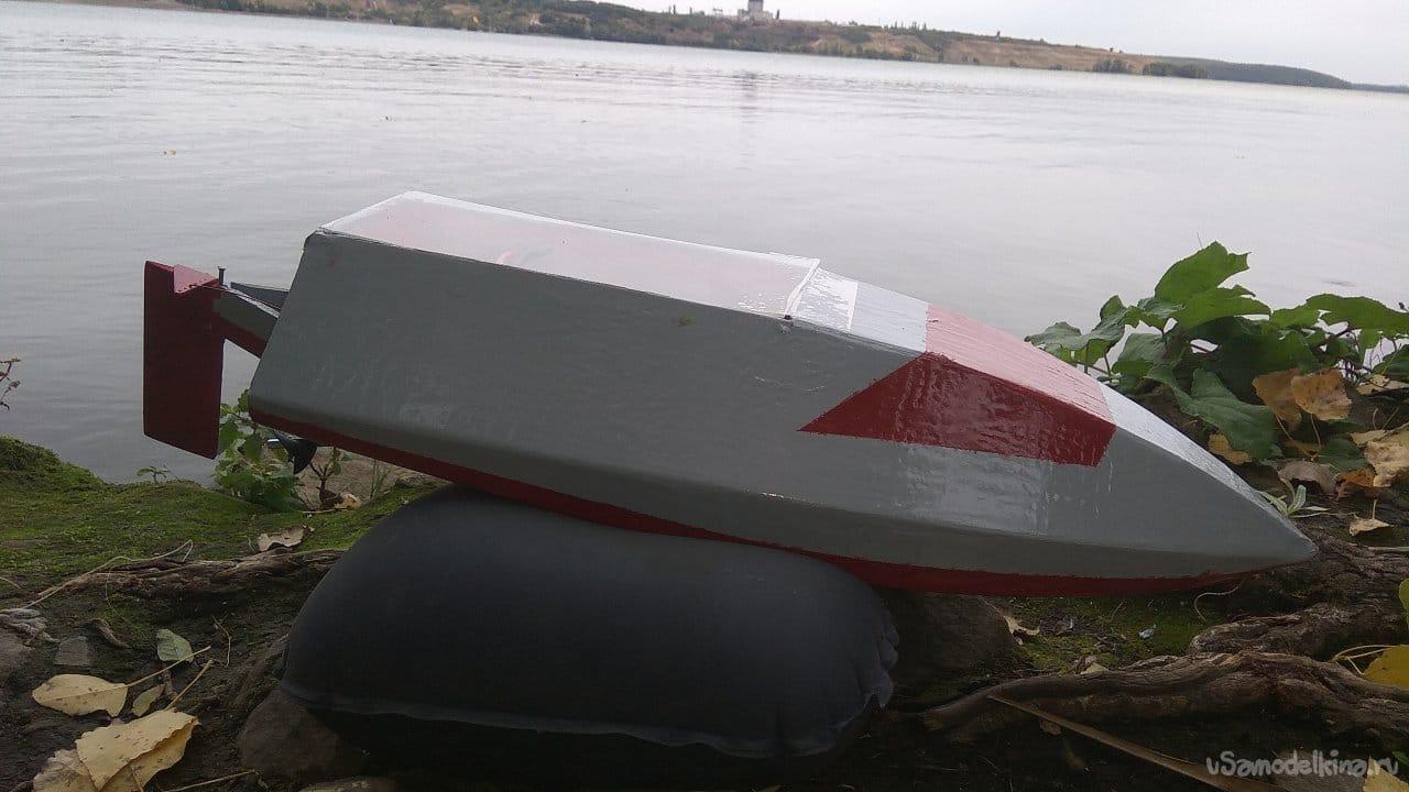 Сверлим дырки в пластиковой лодке