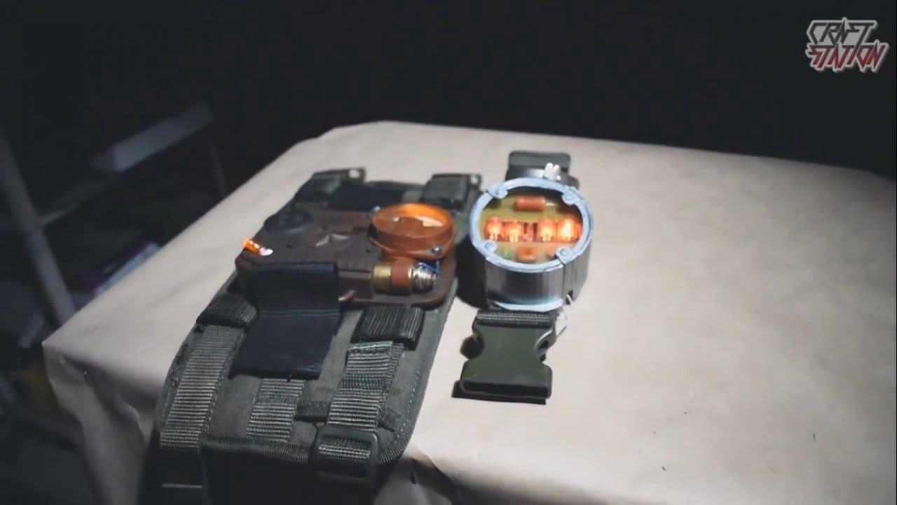 Часы и напульсник из Metro Exodus