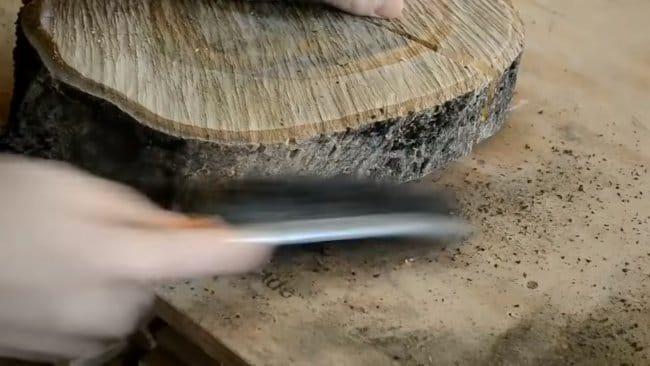 Скамья из эпоксидной смолы и дерева