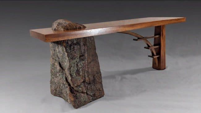 Необычная скамья из камня и дерева, имитирующая мост
