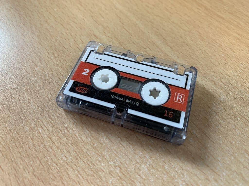 USB-накопитель в корпусе микро аудиокассеты
