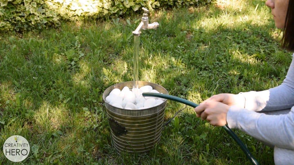 Украшение для сада - висящий в воздухе кран с бегущей водой