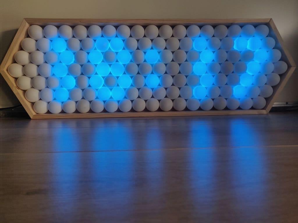 Необычные часы из шариков для пинг-понга