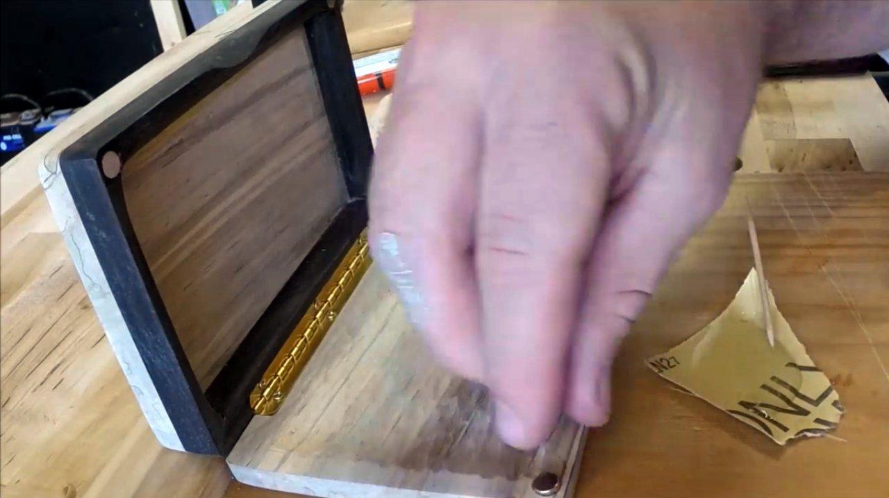 Коробка для блесен и крючков с магнитным замком своими руками