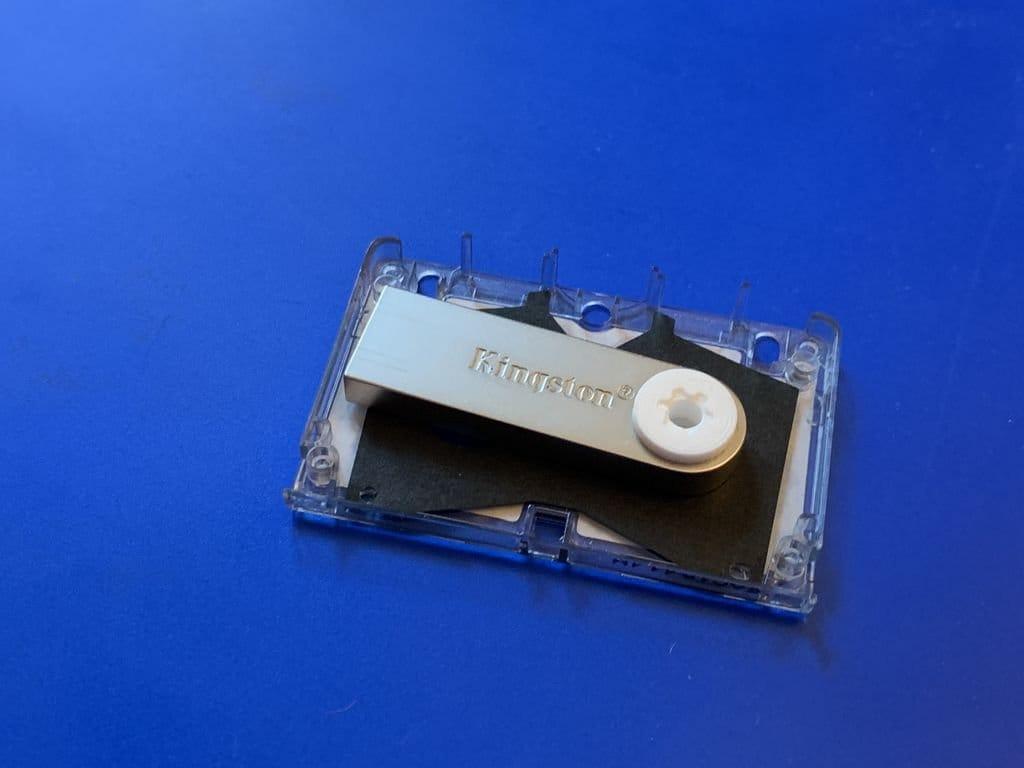 Флешка в микрокассете