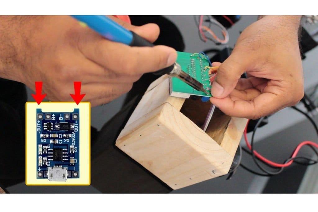 Электронные часы в минималистическом деревянном корпусе