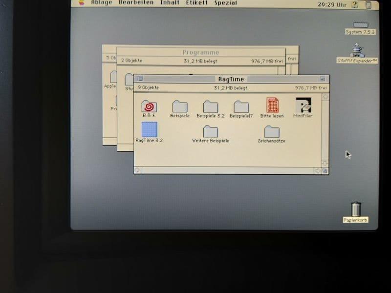 Компьютер в корпусе от Macintosh Classic, окрашенном в чёрный цвет