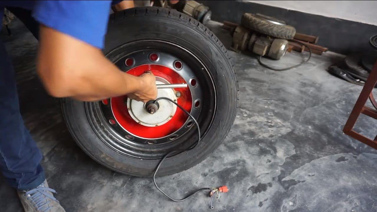 Электрический мотоцикл на 1.5 кВт с колесом от автомобиля