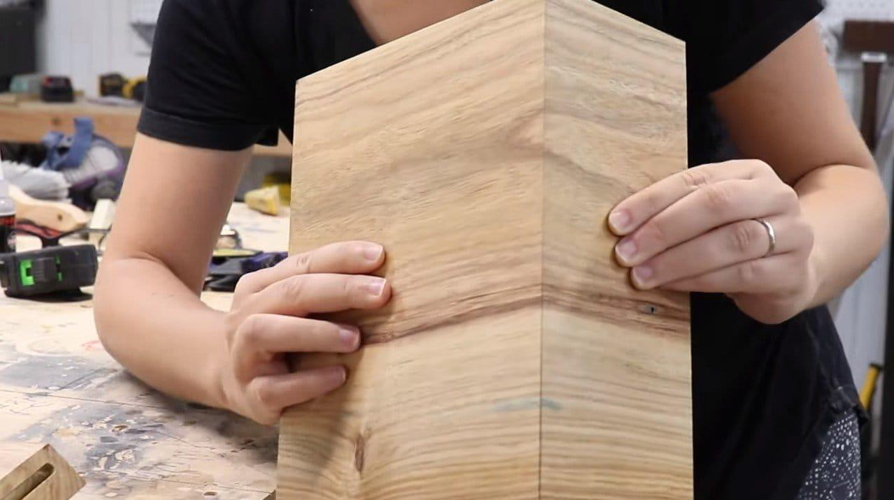 Современная прикроватная полка-тумбочка из дерева