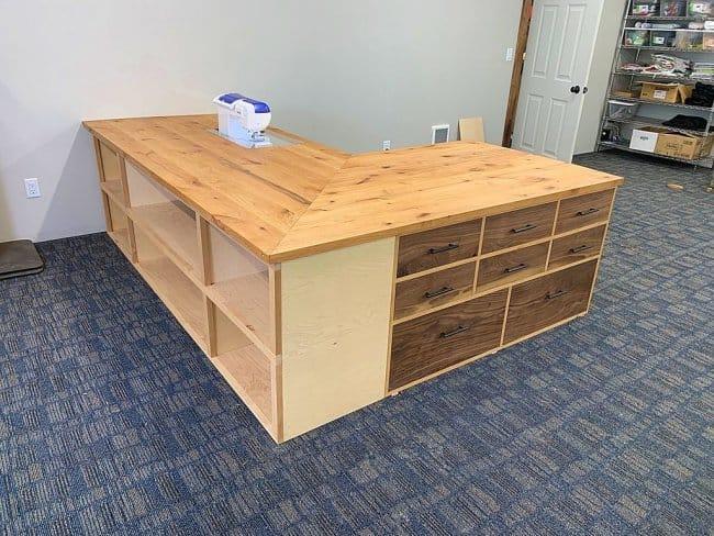 Большой стол для швеи