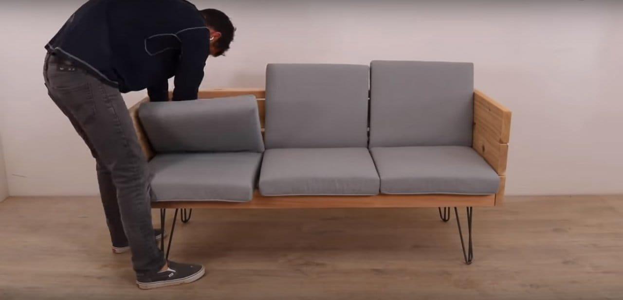 Простой диван на металлических ножках