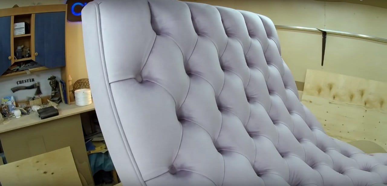 Шикарное кресло с мягкой обивкой