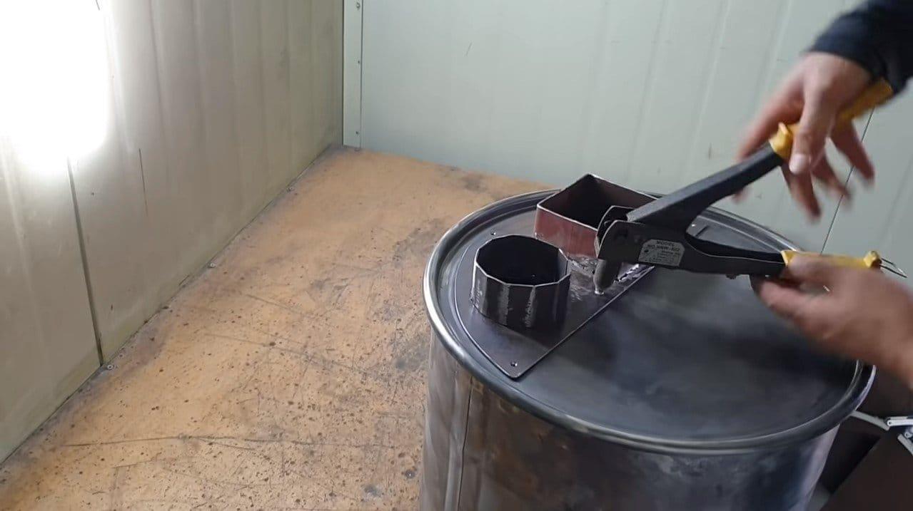 Простая отопительная печь из бочки в вертикальной загрузкой