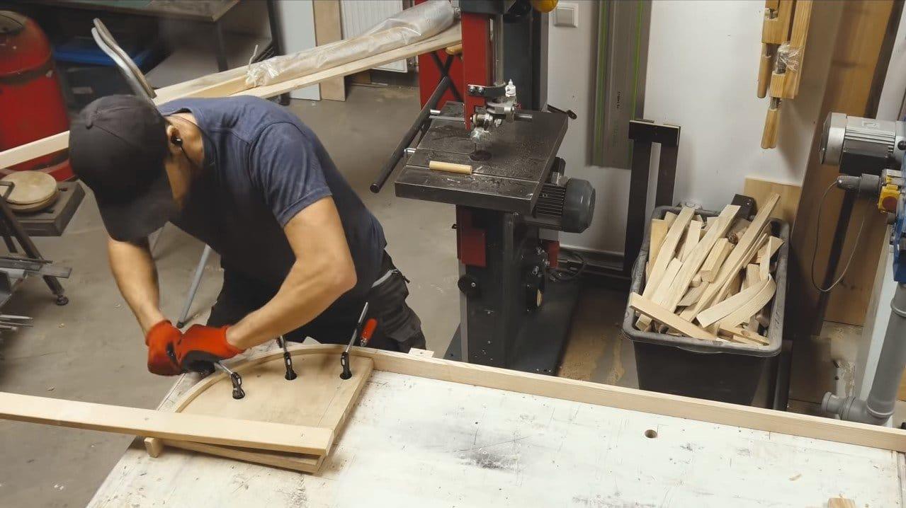 Интересная конструкция скамьи из изогнутых досок