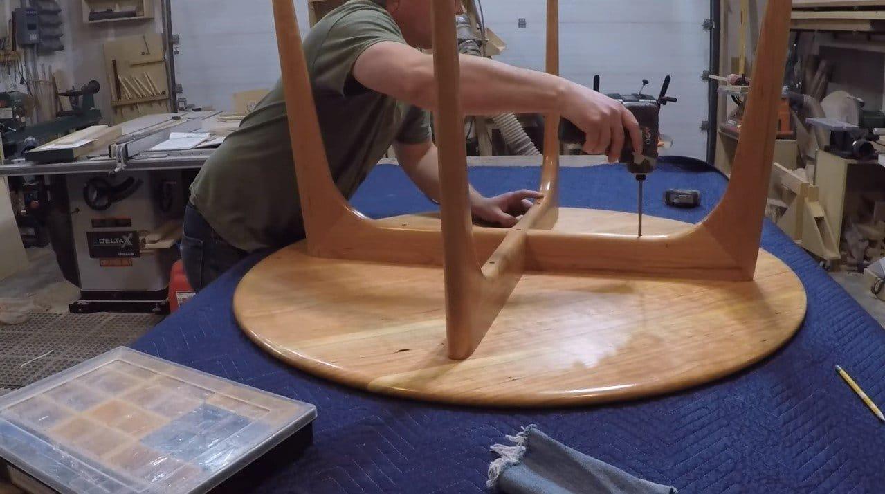 Круглый стол из вишни в стиле средневекового модерна