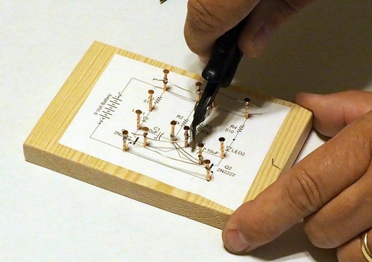 Электронная схема-скульптура на гвоздях