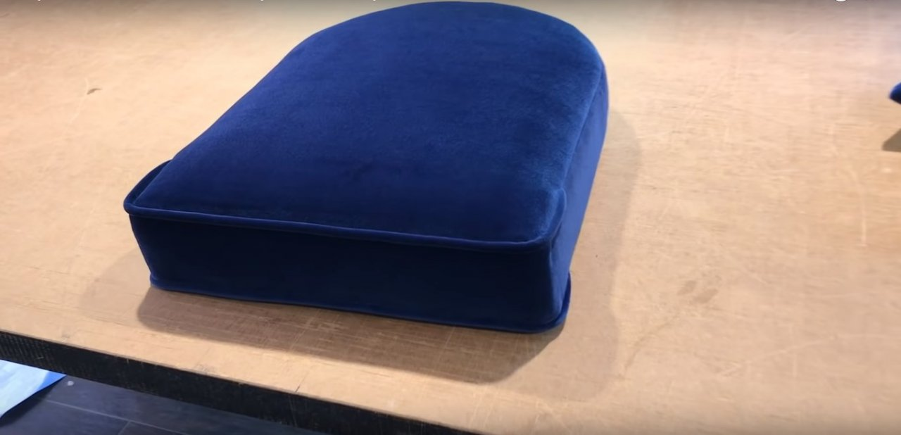 Каминное кресло с обтяжкой из бархата