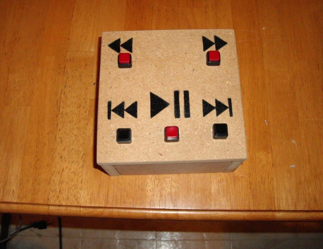 Пульт управления проигрыванием видео с крупными кнопками