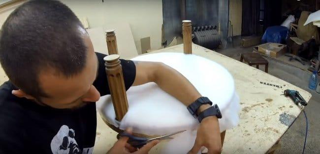 Кресло-стул из кожи на деревянных ножках